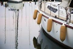 龙虾漂浮垂悬在大岸的一条小船近 库存图片