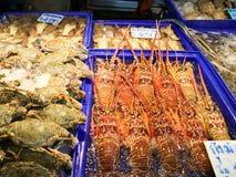 龙虾螃蟹壳蜗牛和海鲜在夜市场上 库存图片