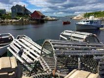 龙虾陷井、小船和房子在佩吉的小海湾,加拿大 免版税库存照片