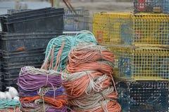 龙虾陷井和五颜六色的绳索 免版税图库摄影