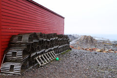龙虾陷井和红色棚子 免版税图库摄影