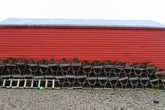 龙虾陷井和红色棚子 库存图片