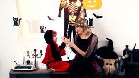 龙衣服的男孩和巫婆衣服的妇女使用以万圣夜为背景 万圣节 影视素材