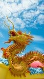 龙金黄雕象 图库摄影