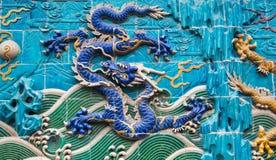 龙雕塑。在北海公园,北京,中国的九龙墙壁 免版税库存图片