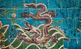 龙雕塑。在北海公园,北京,中国的九龙墙壁 库存图片