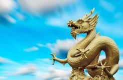 龙雕象和自然长的exporture蓝天 库存照片