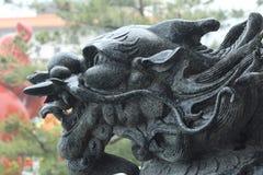 龙顶头黑石雕塑 库存图片