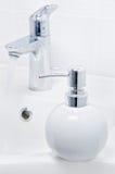 龙头和液体皂容器 库存图片