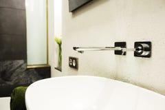 水龙头和水槽在卫生间里 库存图片