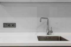 龙头和水槽在厨房里 免版税库存照片