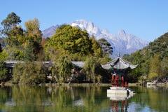 黑龙水池玉龙雪山在丽江,云南, 免版税库存照片