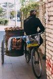 13,中国10月, 2014北京, 妇女卖烘烤的摊贩 免版税图库摄影
