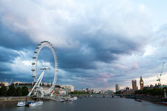30 07 2015年,伦敦,英国,伦敦在黎明 从金黄周年纪念桥梁的看法 库存照片