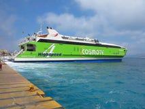 18 06 2015年,克利特,希腊 在圣托里尼海港的大渡轮 免版税库存照片