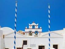 18 06 2015年,克利特,希腊 美丽的典型的蓝色圆顶的教会 免版税图库摄影