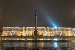 ,冬天宫殿,在晚上打开了 库存照片