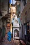 09 05 2007年,印度,瓦腊纳西,瓦腊纳西紧的街道  免版税库存图片