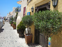 18 06 2015年,圣托里尼,希腊,浪漫美丽的街道和蓝色 库存图片