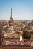 巴黎,在日落的游览埃菲尔 免版税库存照片