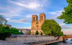 巴黎,在河塞纳河的全景有巴黎圣母院的 免版税图库摄影