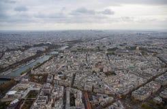 巴黎,城市的看法在多云晚上 库存照片