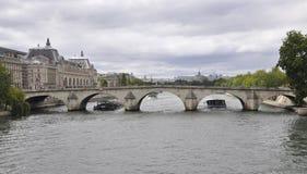 巴黎,威严的18,2013塞纳河桥梁在巴黎 免版税图库摄影