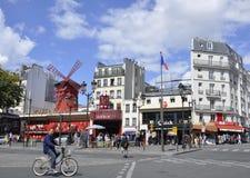 巴黎,威严的18,2013-Moulin胭脂余兴节目在巴黎 免版税库存图片