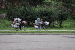 09/07/2018,开城,北朝鲜:两辆绝望的被超载的自行车踩的踏板往镇 免版税库存照片