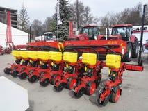 05 03 2016年,摩尔多瓦,基希纳乌:新的播种机和拖拉机在agricu 库存照片