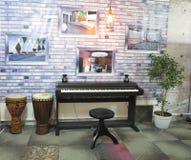 14 10 2016年,摩尔多瓦,基希纳乌:钢琴和鼓在一家音乐商店 免版税库存照片