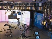 13 04 2014年,摩尔多瓦, Publika电视快讯演播室用轻的设备准备好recordind发行 免版税图库摄影