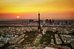 巴黎,日落的法国。在艾菲尔铁塔的鸟瞰图 库存图片