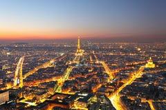 巴黎,日落的法国 在艾菲尔铁塔的鸟瞰图,弧de 免版税库存图片