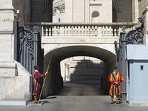 19 06 2017年,梵蒂冈,罗马,意大利:罗马教皇瑞士近卫队在 免版税库存照片