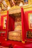 巴黎,法国, 2017年3月28日:在红色卧室在巴黎附近的凡尔赛宫 免版税库存图片