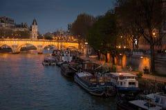巴黎,法国, 2017年3月28日:塞纳河在巴黎在晚上,塞纳河的江边在市巴黎在法国 免版税库存照片