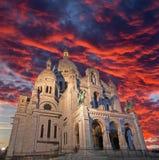 巴黎,法国, 2011年6月- 18日:红色晚上黄昏的教会Sacre-couer 免版税库存照片