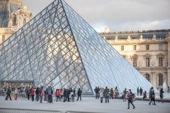 巴黎,法国, 2012年11月25日:罗浮宫外部与旅游人在巴黎,法国 免版税库存图片