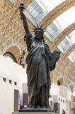 巴黎,法国, 2017年3月28日:自由女神像的一件古铜色复制品由法国雕刻家Bartholdi的在奥赛站立 图库摄影