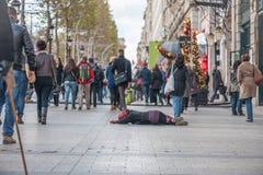 巴黎,法国, 2012年11月25日:巴黎都市风景和无家可归的妇女请求金钱 图库摄影