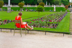 巴黎,法国, 13 06 2013年,妇女坐椅子和工作 免版税库存照片