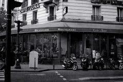 巴黎,法国:2015年5月27日,在街道上的一家餐馆在巴黎 黑白图象 免版税图库摄影