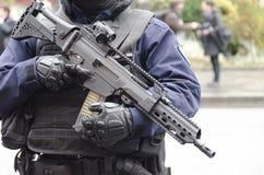 巴黎,法国- 2016年保护进贡的11月13日警察对攻击的受害者在Bataclan 库存图片