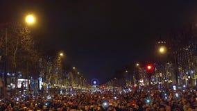 巴黎,法国- 12月, 31 做照片的人们在著名凯旋门,弧de上的传统新年烟花 库存照片