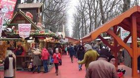 巴黎,法国- 12月, 31 圣诞节和新年市场传统食物摊位 库存照片