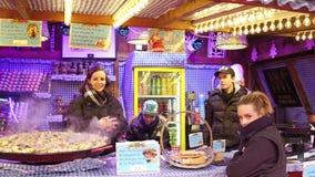 巴黎,法国- 12月, 31 圣诞节和新年市场快餐使供营商失去作用 传统鹅肝三明治 库存照片