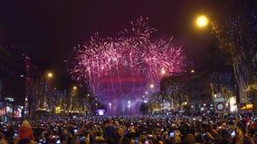 巴黎,法国- 12月, 31 在著名凯旋门,凯旋门上的美丽的新年烟花 游人 免版税库存图片