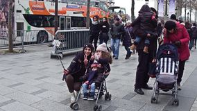 巴黎,法国- 12月, 31 快乐的做selfie的母亲和她的小孩在著名法语爱丽舍 图库摄影