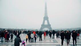 巴黎,法国- 12月, 31 拍照片和做selfie的Multinatonal游人在艾菲尔铁塔,最著名附近 图库摄影